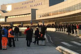 Alerta maxima de securitate in Franta. Aeroportul din Toulouse a fost evacuat din cauza unui pachet suspect. FOTO
