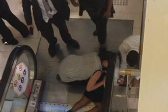 Momentul in care o fetita de 4 ani isi prinde mainile sub scara rulanta, intr-un centru comercial. Incidentul a fost filmat