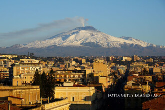 Etna, cel mai mare vulcan activ din Europa, a inceput sa erupa. Autoritatile italiene monitorizeaza permanent situatia