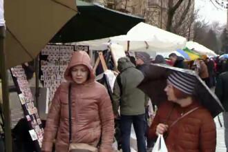 Targ de cadouri de Martisor, stricat de ploaie in Timisoara. La Cluj, vanzatorii au adus pachete speciale de 1 Martie
