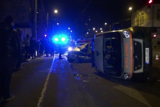 Trei masini, dintre care o ambulanta, implicate intr-un accident in Suceava.