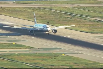 Un avion British Airways se pregatea sa decoleze cand un pasager a observat ceva neobisnuit. Zborul, intarziat cu 5 ore