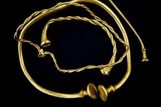 Descoperire de exceptie. Doi cautatori de comori au gasit 4 coliere de aur, vechi de peste 2000 de ani