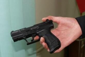Un adolescent din Barlad a fost gasit dormind intr-o masina, cu pistolul la el. Baiatul fusese abuzat de asistentul maternal