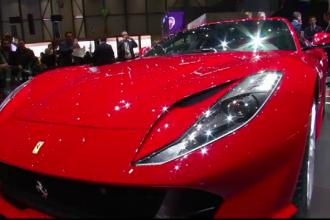 Momentul în care un Ferrari rămâne fără ușă, în București. VIDEO