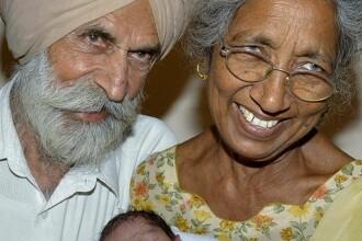 O femeie de 73 de ani a facut fertilizare in vitro si a nascut un baietel. De ce se plange batrana dupa un an de la nastere