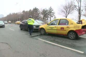 O ambulanta care transporta o pacienta la Spitalul Floreasca, implicata intr-un accident. Patru persoane au fost ranite