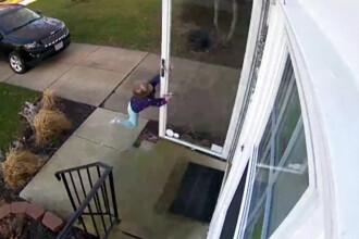 O fetita de 4 ani din SUA a fost luata de vant cand incerca sa intre in casa. Ce facea mama ei in acest timp