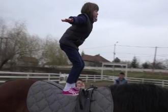 O asociatie din Alba face terapie cu cai pentru copiii cu autism sau sindrom Down.