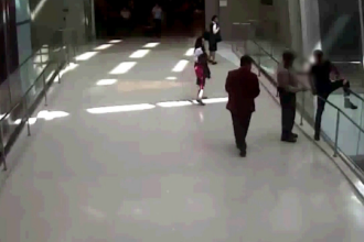 Barbat care voia sa se arunce de pe o pasarela, salvat la timp de un paznic. Scena din aeroportul din Los Angeles, filmata