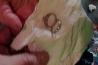 O femeie din New York si-a aruncat din greseala inelul de logodna si verigheta. Ce s-a intamplat cand a vrut sa le recupereze