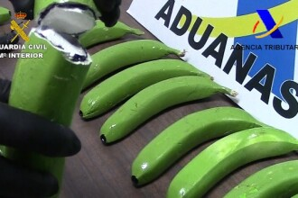 Droguri ascunse in banane artificiale, confectionate din fibra de sticla. Politistii spanioli au prins trei traficanti
