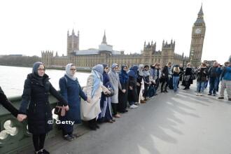 Gestul facut de un grup de femei musulmane pentru a-si arata solidaritatea fata de victimele atacului din Londra