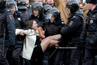 Cine este femeia carata de patru politisti inarmati pana in dinti, la protestele din Rusia. Fotografia ei s-a viralizat