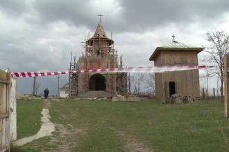 Un barbat de 54 de ani a murit dupa ce a cazut de pe turla bisericii la care lucra. Nu purta echipament de protectie