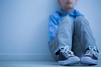 Un copil care suferă de autism ar fi fost obligat să poarte o vestă specială la școală