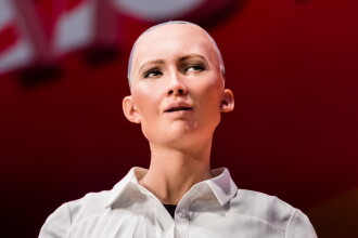 Robotul Sophia vine la București. Interviu pentru Știrile Pro TV de la ora 19:00, astăzi