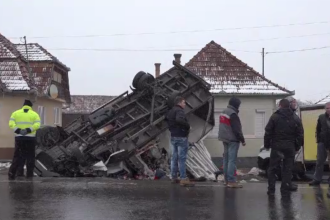 Șoferul unui camion plin cu bere și suc a derapat pe polei și a intrat într-o casă, în Mureș