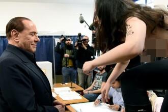 """Protest topless la o secție de vot din Milano. Femeia și-a scris pe bust: """"Berlusconi, ai expirat"""""""