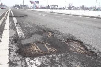 Șoselele s-au umplut de gropi, din cauza gerului: