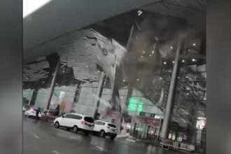 Acoperişul unui aeroport din China a căzut peste trecători din cauza vântului