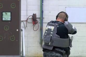 O trupă SWAT a testat ușa antiglonț care-i apără pe elevi de atacurile armate în scoli