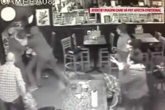 Un bărbat cu un copil în braţe, bătut cu sălbăticie într-un bar din SUA