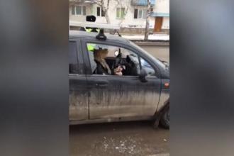 O şoferiţă beată şi-a distrus maşina cu toporul după ce a oprit-o poliţia