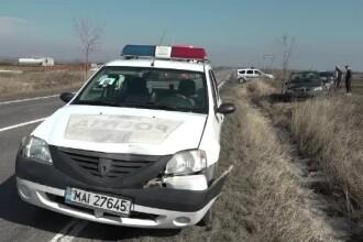 O roată de TIR s-a desprins şi a avariat o maşină de poliţie, în Buzău