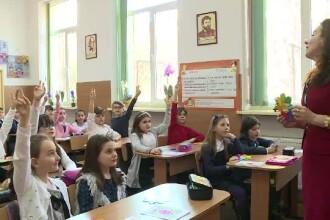 Cei mici au pregătit surprize de 8 Martie la şcoală.