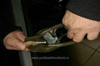 Ce au găsit poliţiştii de frontieră în pantoful unui bărbat venit din Moldova
