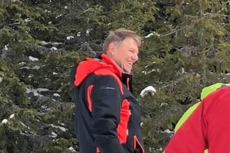 Președintele Iohannis, surprins zâmbitor pe o pârtie de schi din Munții Șureanu