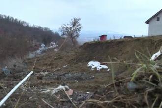 Localnicii unui sat din Bistrița, în pericol de evacuare, din cauza unei alunecări de teren