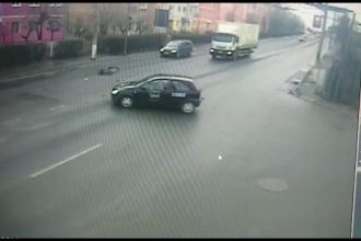 Momentul în care un biciclist beat este lovit în plin de o mașină