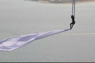 Acrobaţie uluitoare, în Grecia. De ce a dansat o tânără atârnată de podul Patras