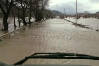 Dezastru în mai multe județe din cauza inundațiilor. Un drum național a fost acoperit de ape