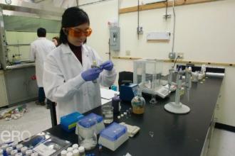 Descoperire îngrijorătoare a cercetătorilor în apa îmbuteliată în peturi