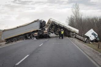 Doi şoferi români de TIR s-au ciocnit frontal pe o şosea din Ungaria. VIDEO