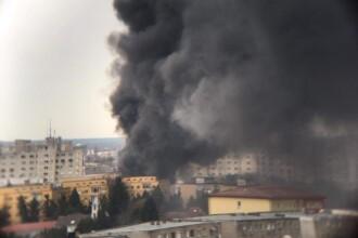 Incendiu puternic în Arad. O piață a fost distrusă de flăcări