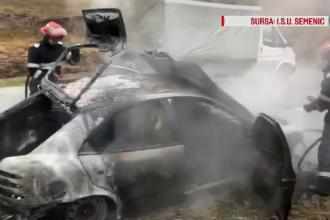 O maşină, cuprinsă de flăcări violente, s-a făcut scrum în Caraş-Severin