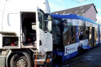 Cel puţin 15 persoane au fost rănite în urma coliziunii între un tramvai şi camion, în Germania