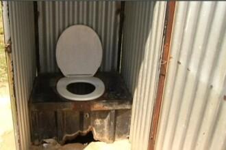 O fetiță de 5 ani a murit după ce a căzut în toaleta din curtea școlii