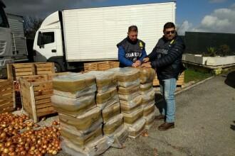Români arestați în Italia. Poliția a descoperit droguri de 1 mil. € ascunse în camionul cu ceapă