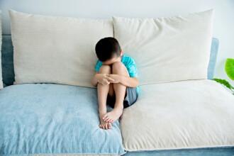 Copil de 7 ani internat în spital, după ce a fost bătut de iubita tatălui