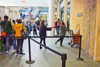 Elev uitat de profesori în gara King's Cross, în timpul unei excursii
