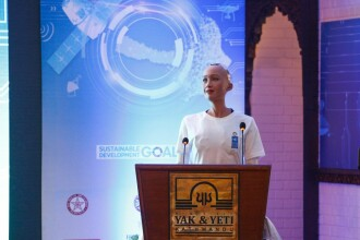 Robotul Sophia a cucerit mulțimea, la o conferință din Nepal. Cum a glumit cu participanții