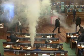 Scandal în Parlamentul din Kosovo. Grenade cu gaz lacrimogen aruncate de opoziție