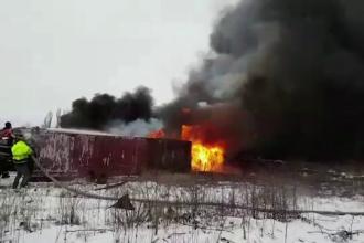 Un rezervor al unei foste rafinării din Ploiești a fost cuprins de flăcări