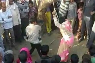 Momentul în care o femeie este legată de copac și biciuită de soț. VIDEO