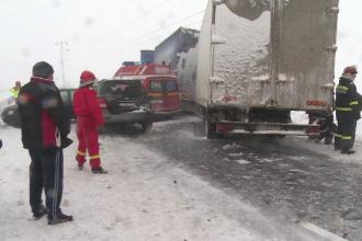 Accidente în lanț din cauza valului polar. Un șofer a rupt un stâlp și s-a electrocutat